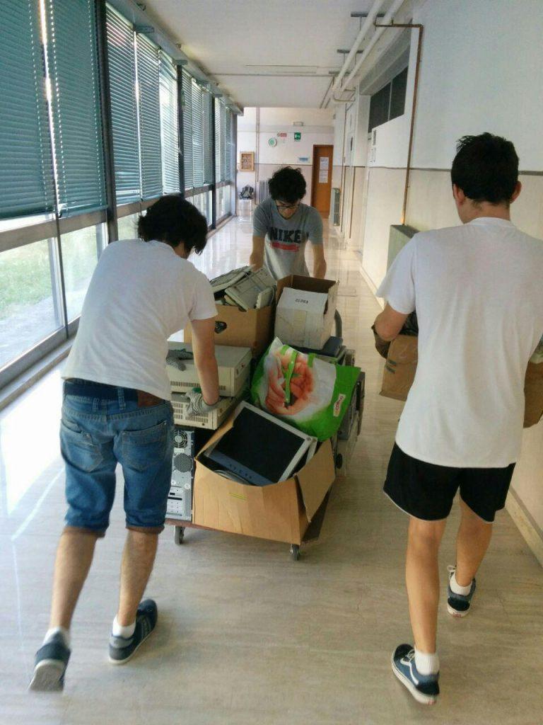 3 ragazzi del PDP immortalati mentre spostano vecchi PC nell'operazione di trashware